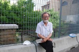 """Fausto Delle Chiaie vicino alla sua opera """"Lo chef consiglia: mezza porzione"""""""